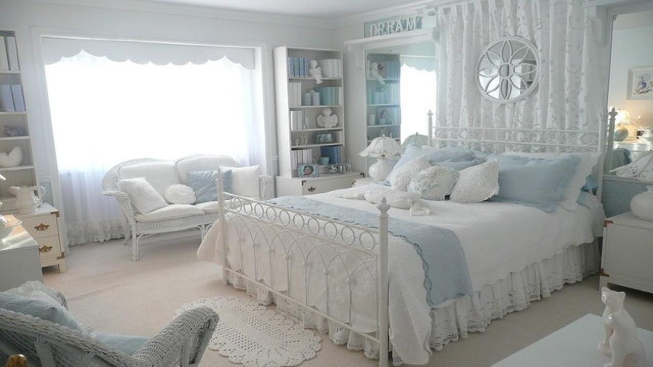 idées-de-décoration-de-petite-chambre-idées-de-décoration-traditionnelles-romantiques-avec-des-jeux de couleurs blanc et bleu