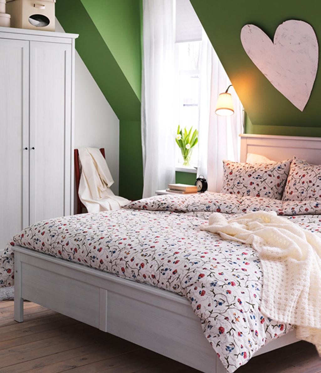 små-kids-værelses-loft-loft-grøn-farvede-væg-hvid-træ-platform-bed-soft-bed-sheets-ikea-chic-hvid-blomstret-print-polyester-twin-dyne-matching-floral- mønster-pude-sham-hvid-træ