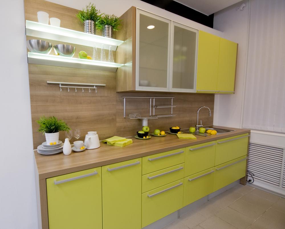 lille-køkken-design-præsentere-gul-grøn-færdig-køkken-frysere-med-børstet-nikkel-pull-håndtag-og-træ-bordplade-under-væg-køkken-frysere-hjælp-matteret glas-dør