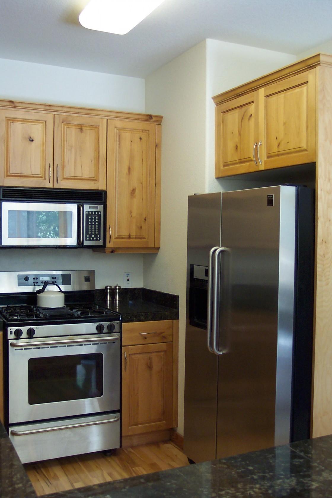små-køkken-idéer-med-brun-slut-knudret-fyr-køkken-skab-hjælp-granit-bordplade-og-store-rustfrit stål-refrigator-plus-mikrobølge-over-komfur-1120x1680