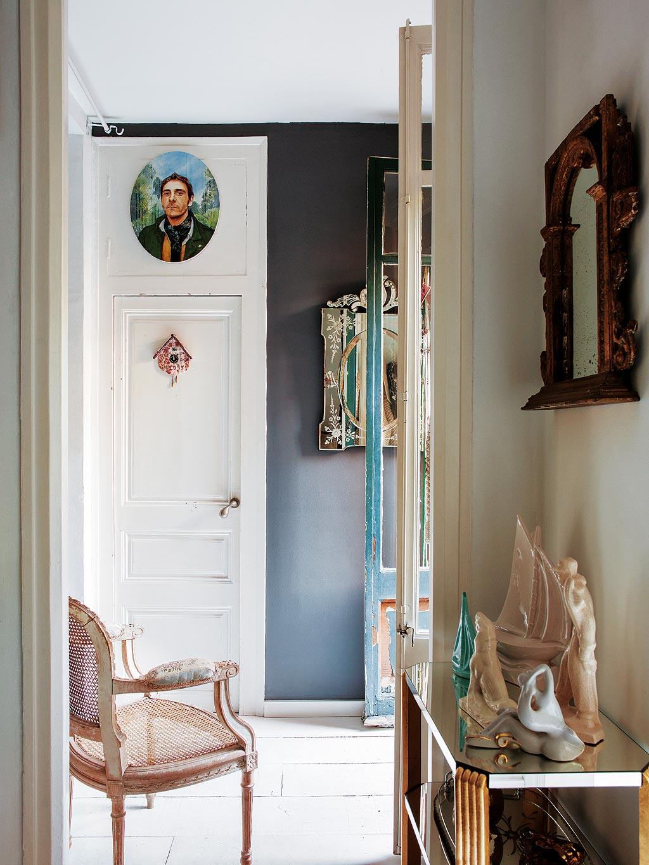 petit-miroir-couloir-inspiration-peinture-noire-murs-portes-de style provincial-français-moulure-rénovation-décoration-avec-miroirs-console-table-idées-d'entrée