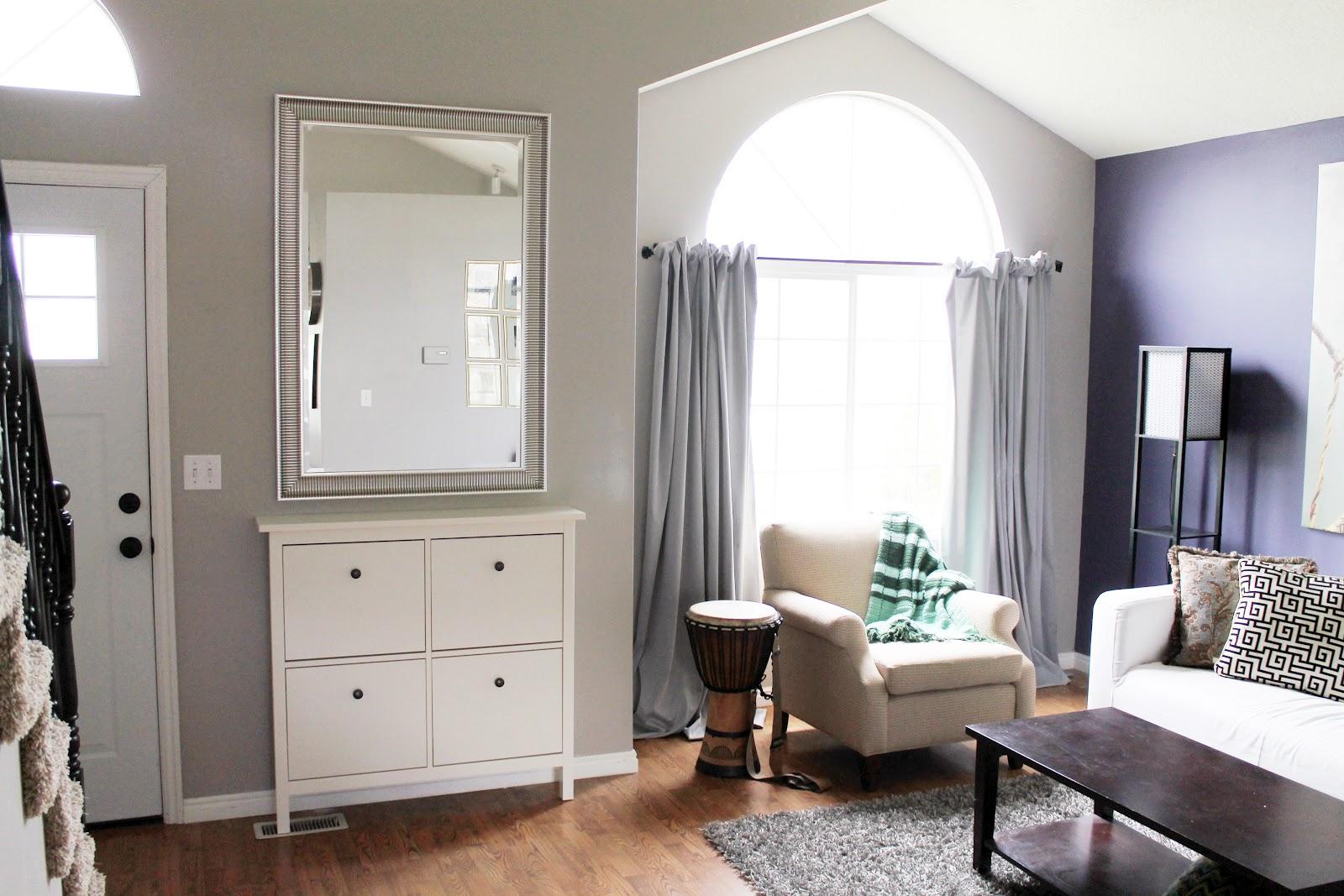 kvadrat-hvid-træ-sko-skab-til-entry-måde-møbler-have-kvadrat-fire-døre-on-laminat-gulv-under-rektangel-spejl-on-grå-væg