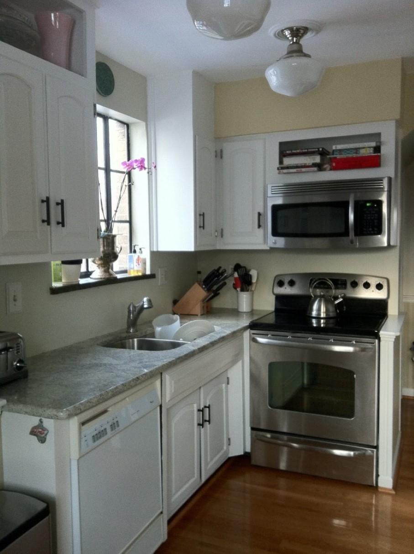 trendy-loft-mount-belysning-og-kompakt-lille-køkken-remodeling-med-hvid-møbler-idé-plus-fritstående-ovn-komfur