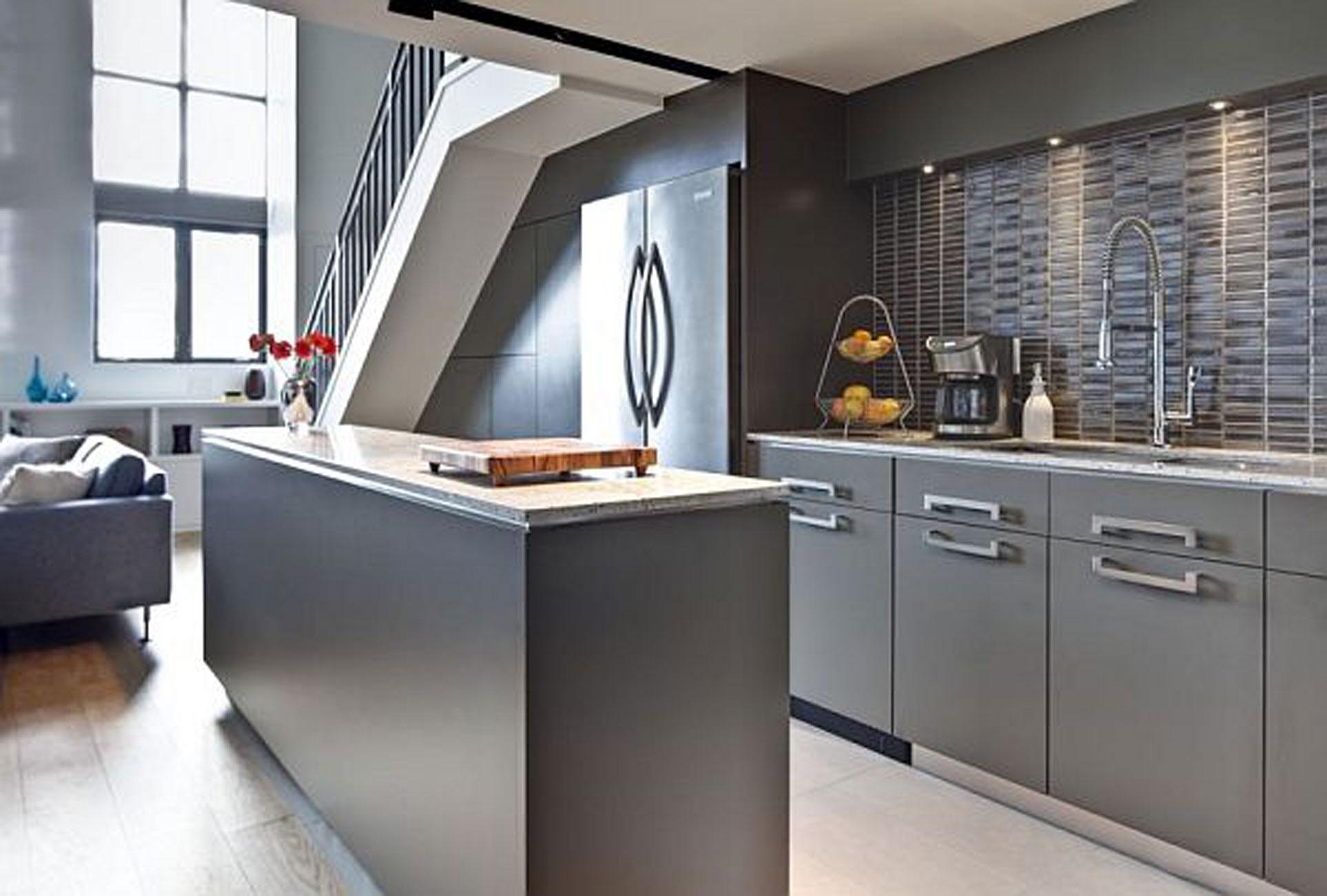 Ikke kategoriseret-moderne-grå-lille-køkken-i-lejlighed-design-med-sten-back-væg-også-ro-væg-farve-til-bedste-køkken-væg-udsmykning-ideer-moderne-køkken-væg- dekoration-med-træ-møbler-og-moderne