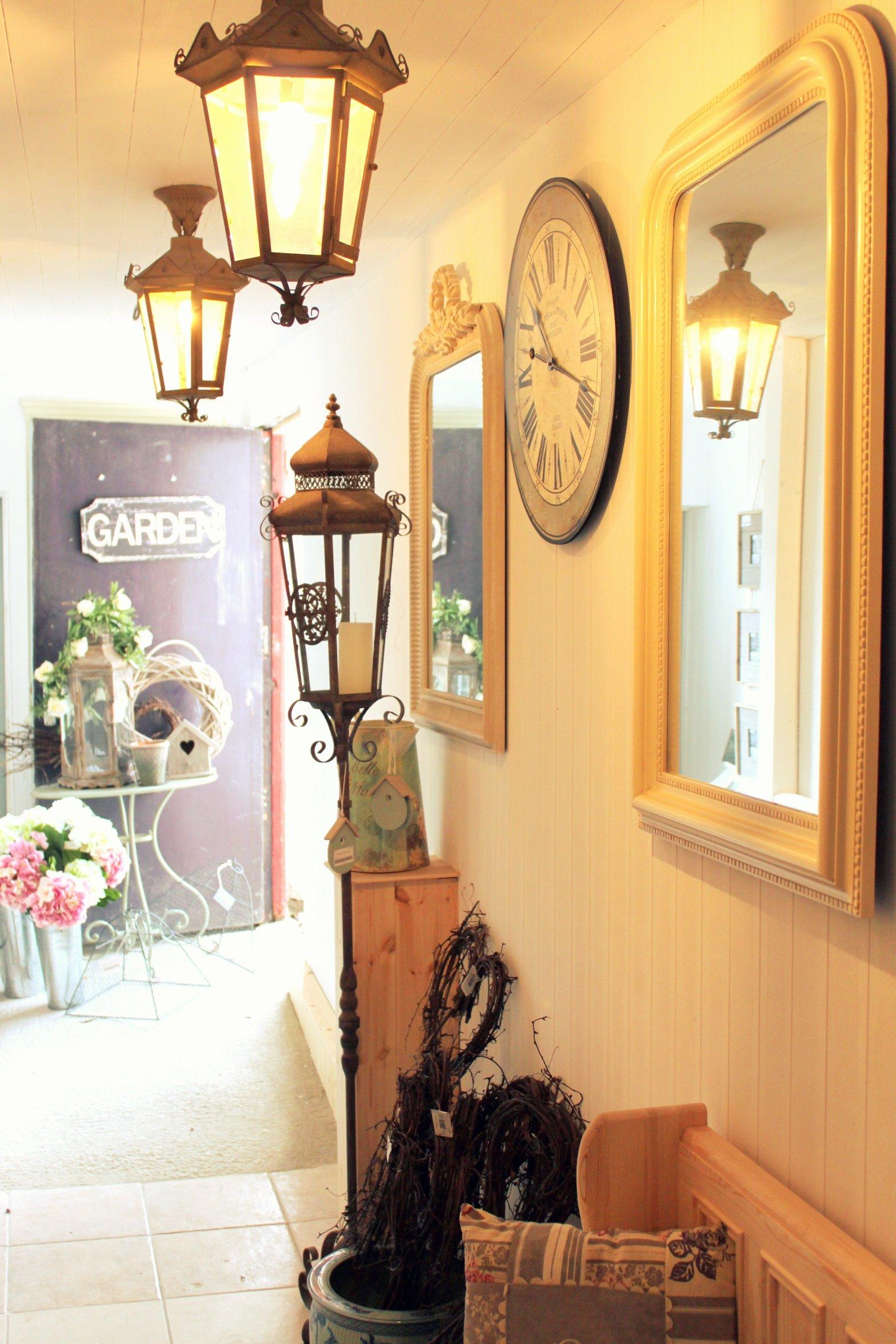 mobilier-vintage-petit-et-étroit-couloir-design-avec-un-éclairage-intérieur-chaleureux