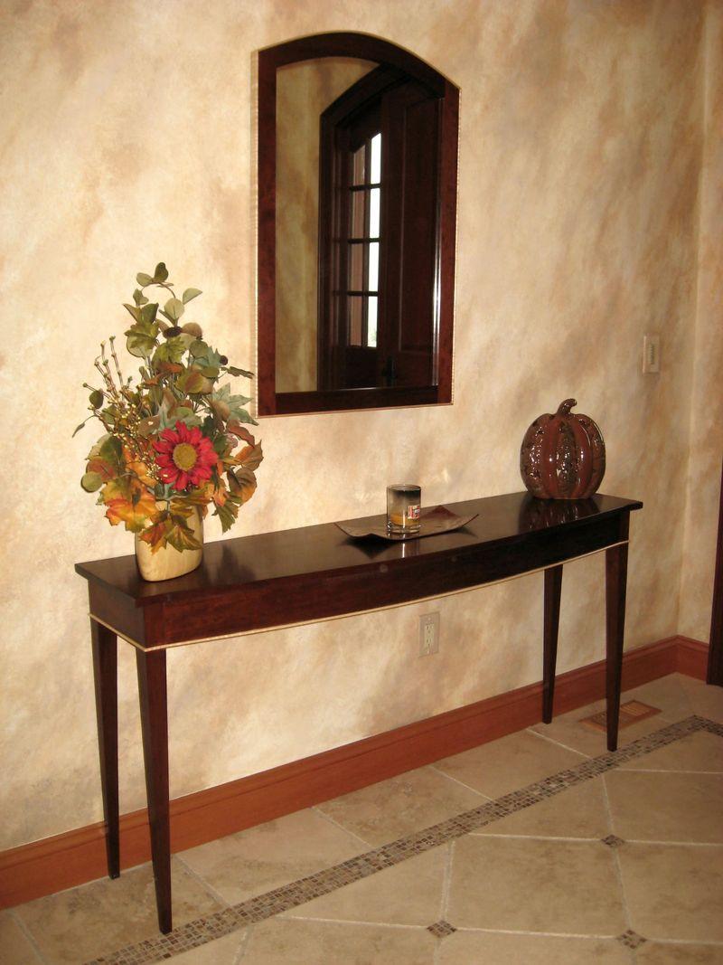 vintage-couloir-design-avec-brun-intérieur-couleur-décoration-idées-plus-mur-miroir-et-chêne-table-en-bois-avec-fleurs-idées