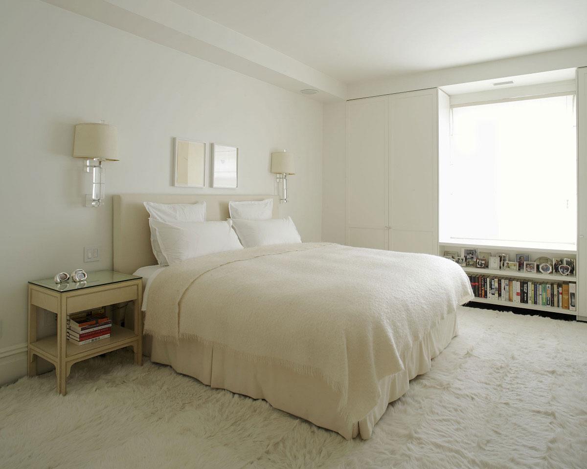 hvid-interiør-farve-værelses-lejlighed-design-med-pels-tæppe-træ-bord-væg-bogreol-og-væghængte-lampe-ideer-225821