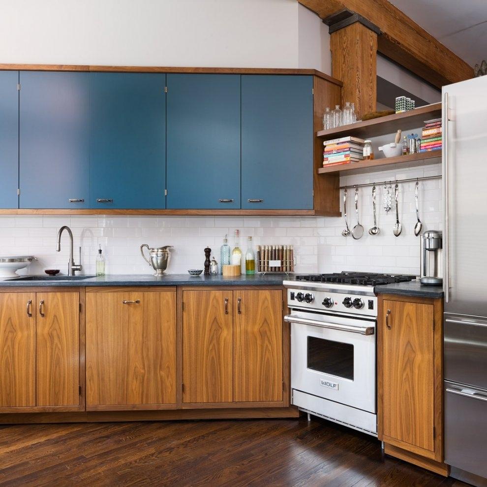 Winsome-moderne-køkken-design-ideer-med-mursten-væg-køkken-kombineret-valnød-træ-kabinet-med-blå-accent-også-moderne-køkken-apparater-i-lejlighed-køkken-renovering-idé- lejlighedskøkken