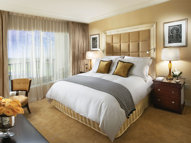 vidunderlige-hjem-interiør-værelses-design-ideer-med-eksklusiv-creme-læder-indrammet-hvid-træ-høj hovedgærde-og-klassisk stil-teak-færdig-træ-skænk-som-godt-as- eg-værelses-møbler-og-inter