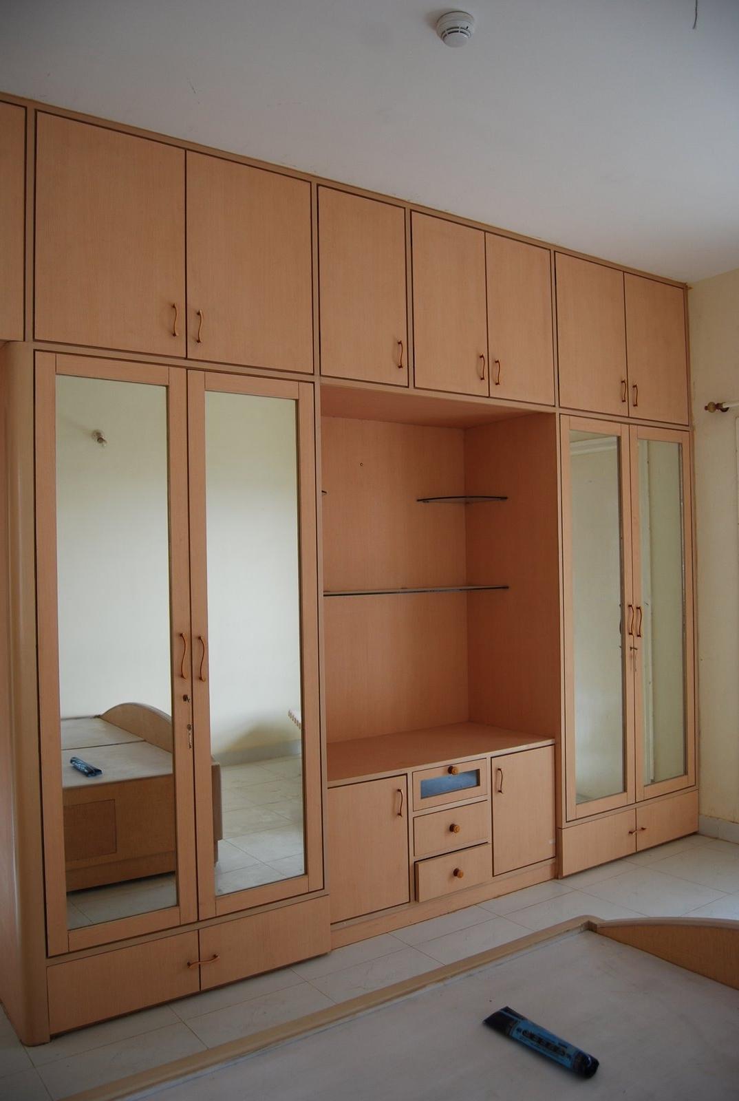 Armoires dans le couloir avec une façade ouverte