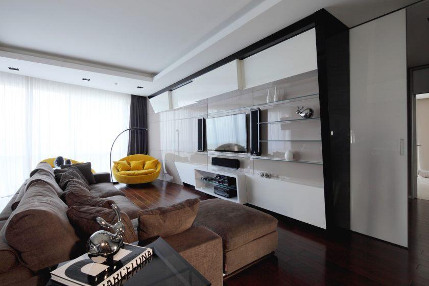 brune-sofaer-in-stue-home-interiør-design-minimalistisk-ideer-hus-design-art-deco-inspiration-Middelhavs-skandinavisk-riviera-lejlighed