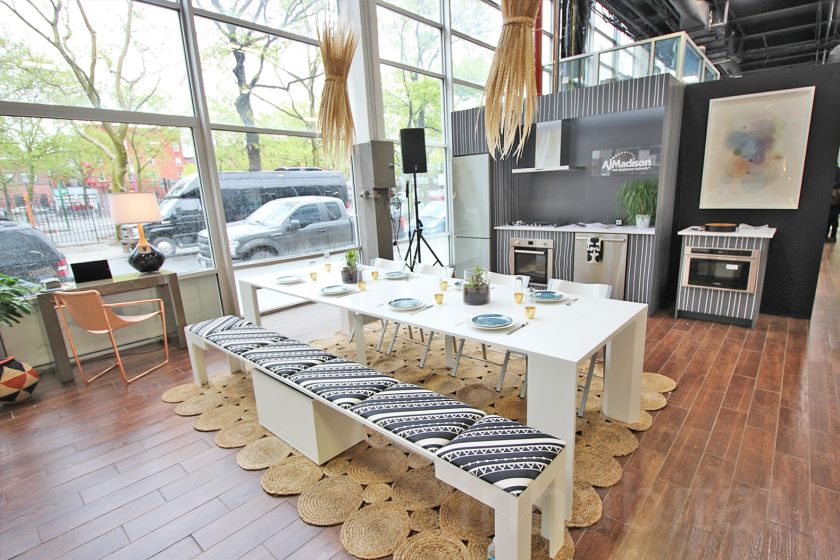 micro-loft interactif de 500 pieds carrés montre des petites solutions de vie à Brooklyn-salle-à-manger-et-cuisine