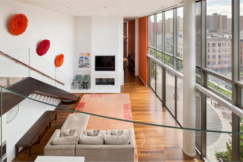 appartements-mignon-rouge-fourrure-ornements-sur-mur-moderne-lit-canapé-extraordinaire-one-of-a-kind-centre-ville-penthouse-porte-vitrée-cheminée-manhattan-appartement-avec-chic-intérieur- de_extrior-decoration-of-pent-house