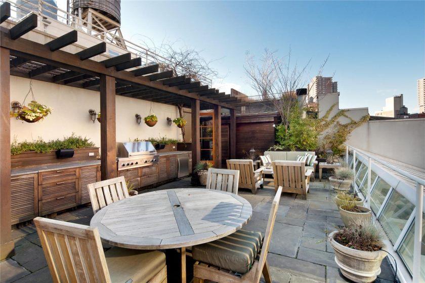 naturel-moderne-patio-du-luxe-penthouses-new-york-qui-semble-bien-avec-des-matériaux-en-bois-appliqués-sur-le-patio-en-appliquant-une-table-en-bois-et- aussi-chaise-en-bois-qui-voit-nuance-naturelle-a l'interieur
