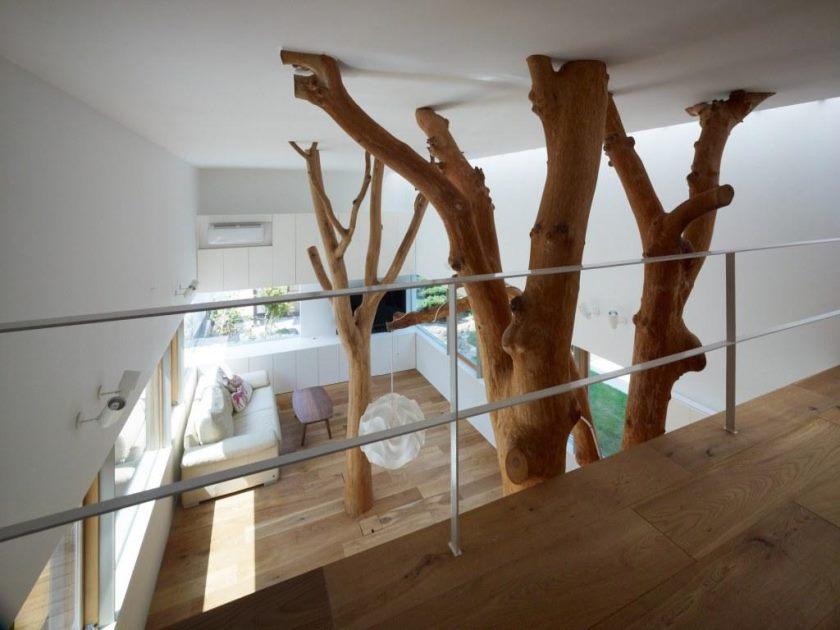 design-inhabituel-intérieur-avec-arbre-dans-la-maison-aussi-bien-maison-à-deux-étages-également-tissu-beige-canapé-dans-le-salon-aussi-large-fenêtre-en-verre le-sofa-proche