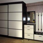 mobilier réel dans le couloir pour une photo de l'appartement